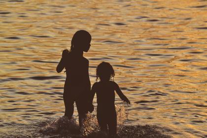 ילדות בים בשקיעה