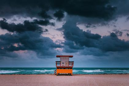 חוף ים עם סוכת מציל