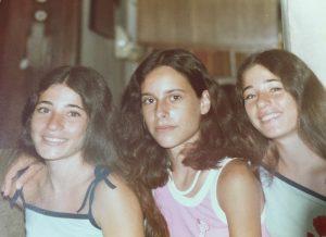 שלוש נערות בגופיות