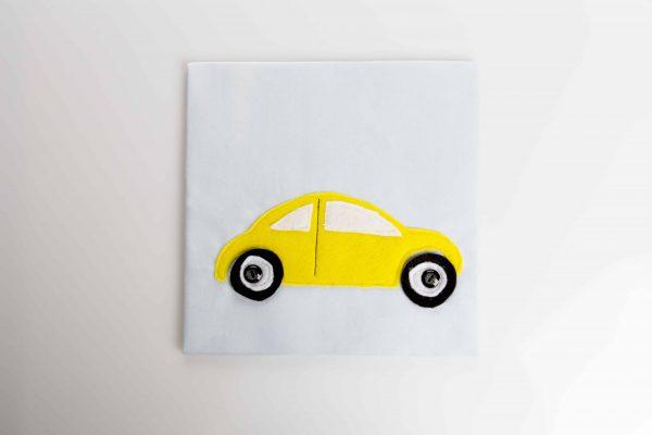 מכונית צהובה מלבד עם גלגלים שחורים הנתנים לסיבוב.