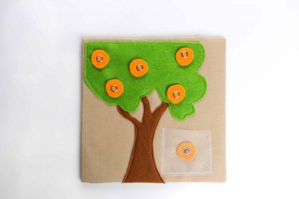 עץ מלבד תפור על דף בד-גזע חום צמרת ירוקה בהירה ותפוזים עגולים כתומים הניתנים להורדה על ידי לחצניות.