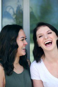 שתי נשים צוחקות