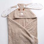 מגבת חומה עם כובע בצורת ארנבת