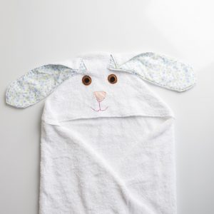 מגבת עם כובע בצורת ארנבת בצבע לבן