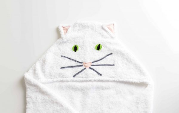 מגבת עם כובע בצורת חתול בצבע לבן