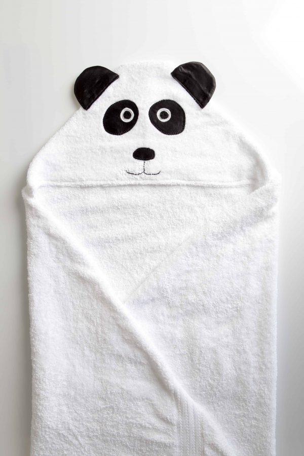 מגבת לבנה עם כובה בצורת דוב פנדה