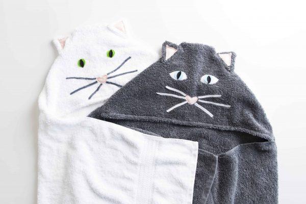 שתי מגבות ברדס עם כובע בצורת חתול אחת בלבן ואחת באפור כהה