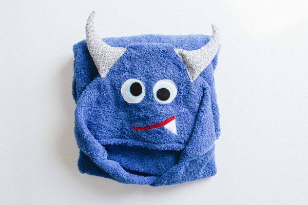 מגבת מקופלת עם כובע בצורת מפלצת בצבע כחול