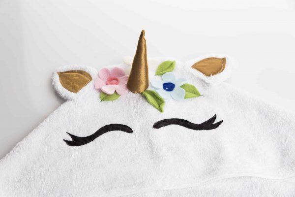 מגבת עם כובע בצורת חד קרן בצבע לבן