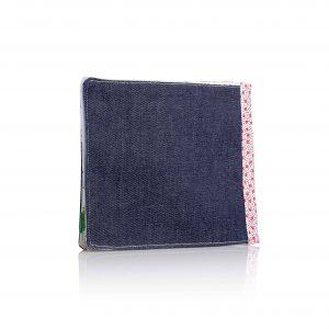 ספר בד בכריכה בצבע ג'ינס כחול כהה ושדרב בלבן עם פרחים אדומים