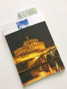 מחברתלבנה עטופה בתמונה של גשר קארל בלילב והמילה פראג באנגלית מעל