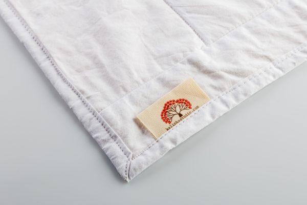 פינת שמיכה עם תגית עסק